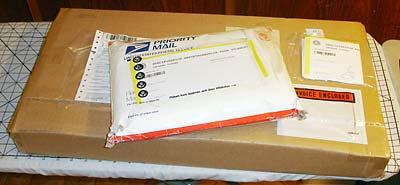 Ett vanligt USPS-kuvert och ett jättestort paket.