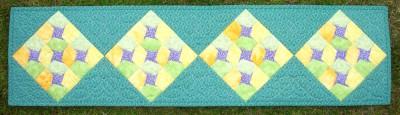 Små lila vårstjärnor i grönskan
