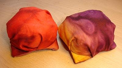 Vänster: Traditionell puff. Höger: Puff sydd innan man har läst färdigt instruktionerna.