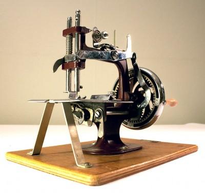 Snett underifrån. Här ser man kedjesömsmekanismen och kuddhjulen i veven. Fint!