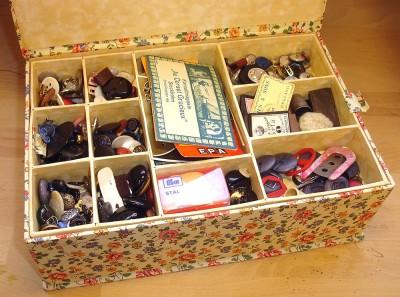 I den lösa lådan mängder av knappar, nålar och blandade sybehör