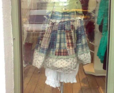 Lappteknikkjol från Mor och dotter Kreativ. Ser ut att vara sydd av flanellskjortor och spets. Snygg!